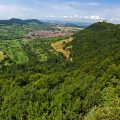 Blick nach Neuffen mit Burg Hohenneuffen, Landkr. Esslingen, Baden-Württemberg