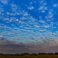 Wolkenhimmel im Pantanal mit Mond vor Sonnenuntergang,