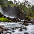 Wasserfall auf der Fahrt zur Roldal Stabkirche