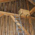 Anbringen eines Turmfalkenkasten in einer Scheune